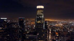 Metraggio aereo di palazzo multipiano di Los Angeles alla notte archivi video