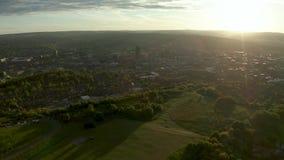 Metraggio aereo di Sheffield City e di periferia circostante al tramonto in primavera stock footage