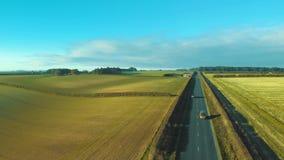Metraggio aereo di un primo mattino inglese rurale della strada campestre video d archivio