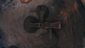 Metraggio aereo di un selezionatore del vagliatore della sporcizia preso da sopra durante il tramonto stock footage