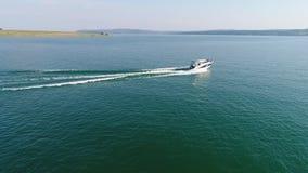 Metraggio aereo di una barca nel lago stock footage