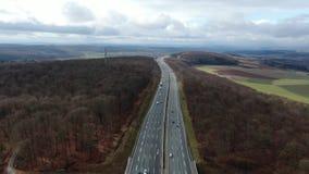 Metraggio aereo di una strada principale attraverso la foresta con i lotti di traffico, 4k archivi video
