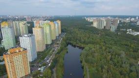 Metraggio aereo di volo del fuco: vista di bello parco nel centro urbano stock footage