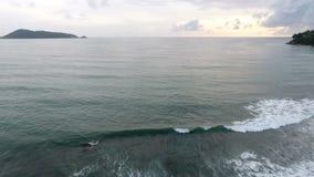 Metraggio aereo, mare tropicale con l'onda della spiaggia video d archivio