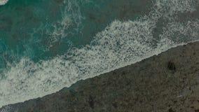 Metraggio aereo, mare tropicale con l'onda della spiaggia stock footage