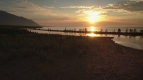 Metraggio aereo sopra il grande lago alla mattina video d archivio
