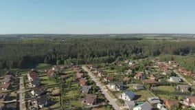 Metraggio aereo sopra un insediamento europeo di classica, case da sopra Colpo aereo sopra la cima dell'insediamento stock footage