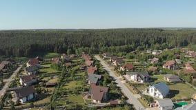 Metraggio aereo sopra un insediamento europeo di classica, case da sopra Colpo aereo sopra la cima dell'insediamento archivi video