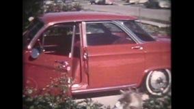 metraggio classico di film domestico dell'automobile degli anni 50 - annata 8mm stock footage