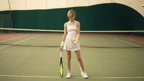 Metraggio completo del ritratto di dimensione corporea di giovane donna allegra attraente con gli abiti sportivi bianchi d'uso de archivi video
