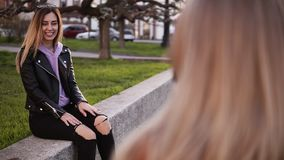 Metraggio dalla spalla - il fotografo femminile professionista prende ad immagini di un modello della ragazza il suo amico Lungo  video d archivio