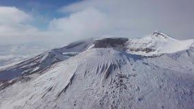 Metraggio del fuco dal cratere del vulcano stock footage