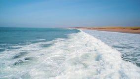 Metraggio del fuco delle onde di oceano che raggiungono spiaggia stock footage