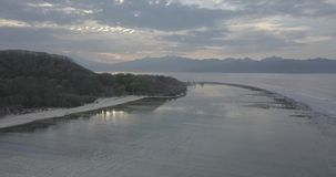 Metraggio del fuco di un'alba calma sulla spiaggia abbandonata che stupisce l'isola di Gili, Indonesia video d archivio