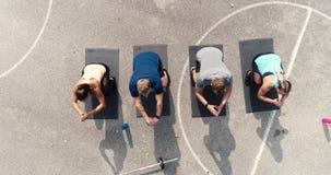Metraggio del fuco e aereo del gruppo di uomini ben preparati e donne che fanno gli esercizi archivi video