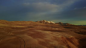 Metraggio del fuco lungo le dune di sabbia in Winnemuca Nevada archivi video