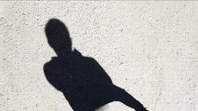 Metraggio del hd di pallacanestro dell'ombra dell'uomo dell'asfalto della strada