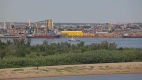 Metraggio del hd del fiume della barca del porto della città di Astrachan' video d archivio