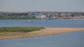 Metraggio del hd del fiume della barca del porto della città di Astrachan' archivi video