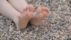 Metraggio del hd del fondo della pietra del piede della ragazza dei bambini archivi video