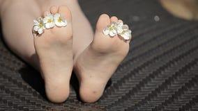 Metraggio del hd del letto della spiaggia del fiore del piede della ragazza dei bambini stock footage