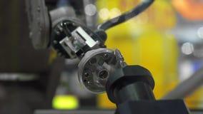 Metraggio del primo piano della parte dell'automobile della tenuta del braccio del robot archivi video