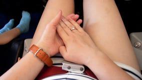 Metraggio del primo piano 4k della donna nervosa e spaventata che sfrega le sue mani in aeroplano durante il volo video d archivio