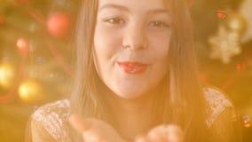 Metraggio del primo piano 4k di bella ragazza che soffia i coriandoli variopinti dalle mani e che sorride in camera archivi video