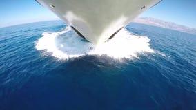 Metraggio della barca che guida dalla prua video d archivio