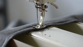 Metraggio della cucitrice che prepara cucire un doppio bordo video d archivio