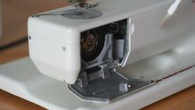 Metraggio della cucitrice che pulisce la macchina per cucire stock footage