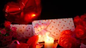 Metraggio della decorazione del biglietto di S. Valentino del fiore, dei contenitori di regalo, dell'impulso e della combustione  stock footage