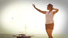 metraggio di effetto del Vecchio-film di una donna che prende l'immagine del selfie sulla vacanza stock footage