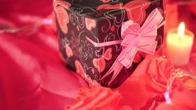 Metraggio di impulso, dei contenitori di regalo, del fiore e della combustione della candela Decorazione del biglietto di S. Vale video d archivio