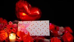 Metraggio di impulso, dei contenitori di regalo, del fiore e della combustione della candela Decorazione del biglietto di S. Vale archivi video