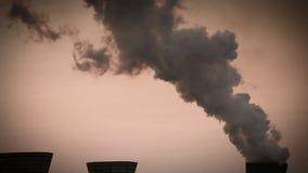 Metraggio di industria chimica: una fabbrica che butta via i vapori usati nell'atmosfera video d archivio