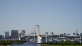 Metraggio di lasso di tempo di traffico sul ponte dell'arcobaleno di Tokyo stock footage