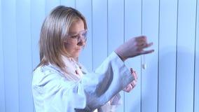 Metraggio di riserva di un biochimico video d archivio