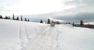 Metraggio di vista aerea di Bucovina su Vatra Dornei nell'orario invernale, Romania archivi video