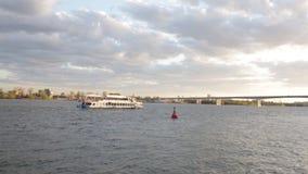 Metraggio di vista del fiume con la barca commovente ed il bello cielo video d archivio