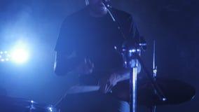 Metraggio dinamico con i giochi di un batterista del maschio su un insieme del tamburo Un colpo da un video musicale di roccia, s stock footage