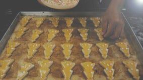metraggio 4k decorando il biscotto di forma dell'albero di Natale del pane dello zenzero con variopinto spruzzi lo zucchero della video d archivio