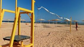 metraggio 4k del campo del volleball sulla spiaggia al giorno ventoso soleggiato stock footage