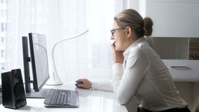 metraggio 4k della donna di affari sorridente che parla dal telefono e dal sito Web sociale di media di lettura rapida sul comput stock footage