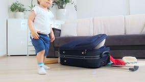 metraggio 4k della valigia di chiusura del ragazzo adorabile del bambino per le vacanze estive stock footage