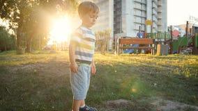 metraggio 4k di piccolo ragazzo del bambino che gioca in parco e terra di scavatura con la pala della plastica del giocattolo archivi video