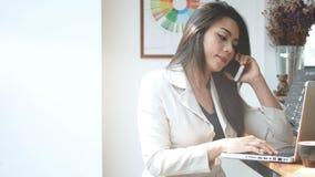 metraggio 4K, donna occupata di affari che lavorano con il computer portatile e smartphone in caffè della caffetteria nella città video d archivio
