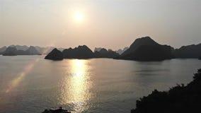 Metraggio molto piacevole della baia di lunghezza metraggio di viaggio di Vietnam, Asia dell'ha chiarore del sole di rivestimento archivi video