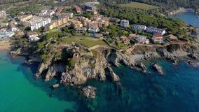 Metraggio sopra Costa Brava costiero, piccola La Fosca del fuco del villaggio della Spagna video d archivio
