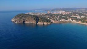 Metraggio sopra Costa Brava costiero, piccola La Fosca del fuco del villaggio della Spagna stock footage